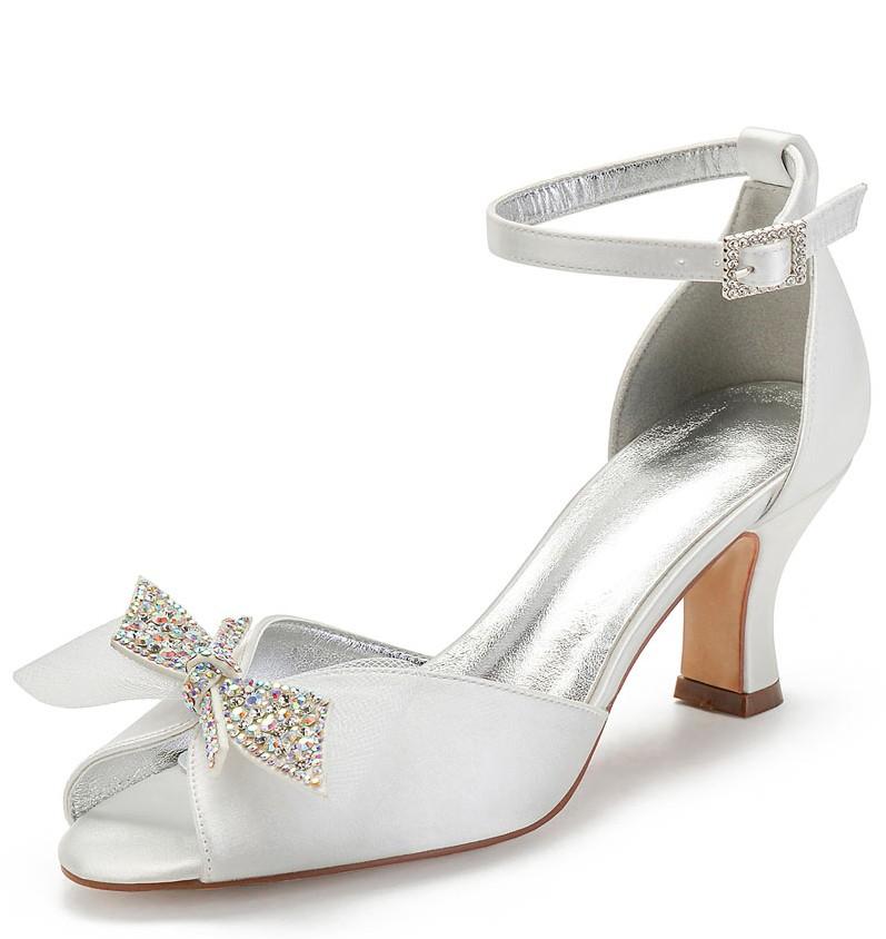chaussures blanches à bout ouvert embelli de bijoux