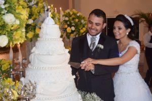 mariés durant découpe gâteau